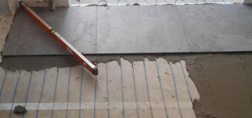 Тонкий кабель. Монтаж под плитку в слой плиточного клея.