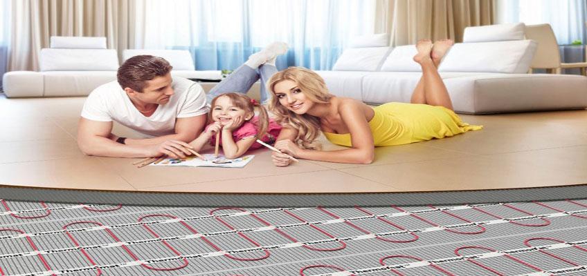 Нагревательные маты под плитку. Теплый пол в квартире. Семья на полу с подогревом.