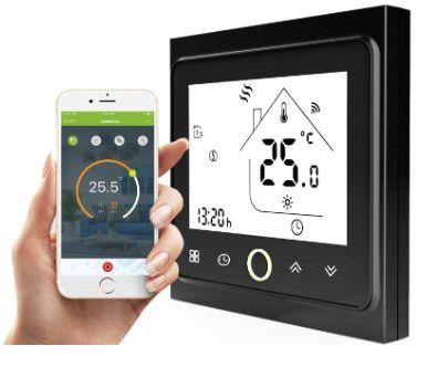Программируемый терморегулятор с WiFi InTherm PWT-002. Рука держит смартфон, в котором показано управление терморегулятором с помощью смартфона.
