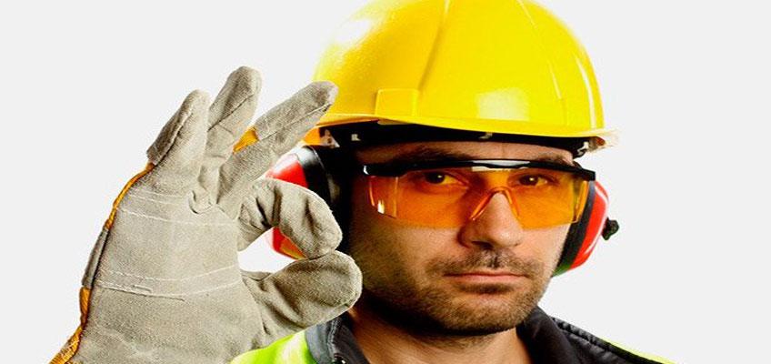Монтажник-профессионал. В Желтой каске, очках, рукавицах.