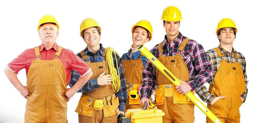 5 человек в униформе - бригада монтажников теплого пола.