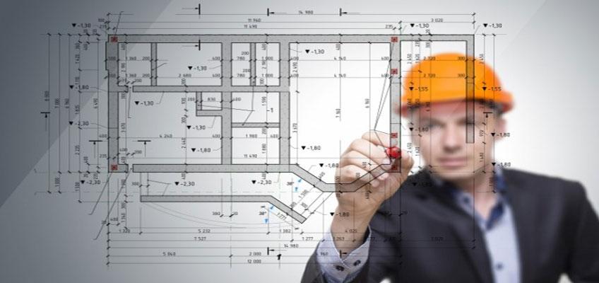 Инженер размечает на плане дома области для устройства теплого пола.