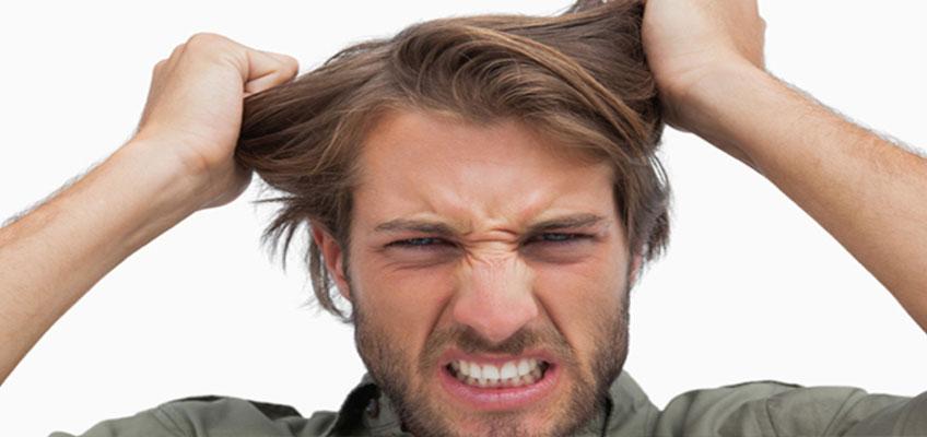 Мужчина рвет на себе волосы.