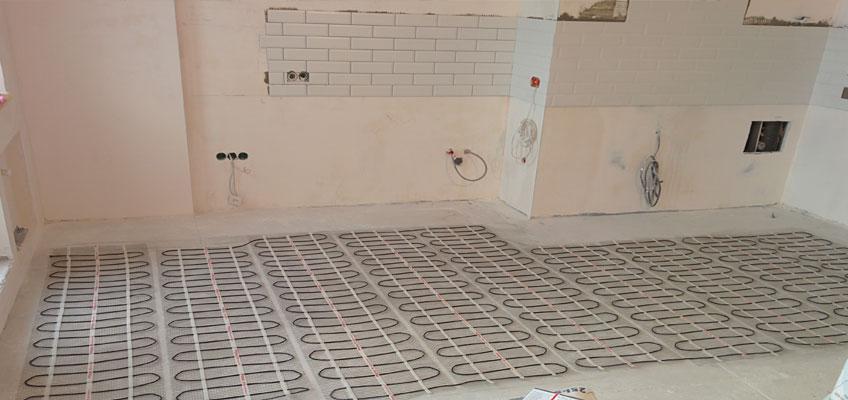 Кухня. На полу разложен нагревательный мат. Теплый пол на кухне.