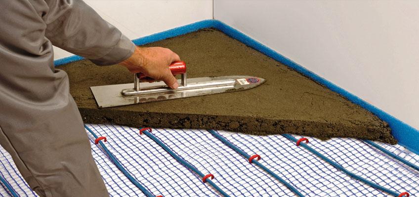 Показано устройство стяжки поверх греющего кабеля для теплого пола.