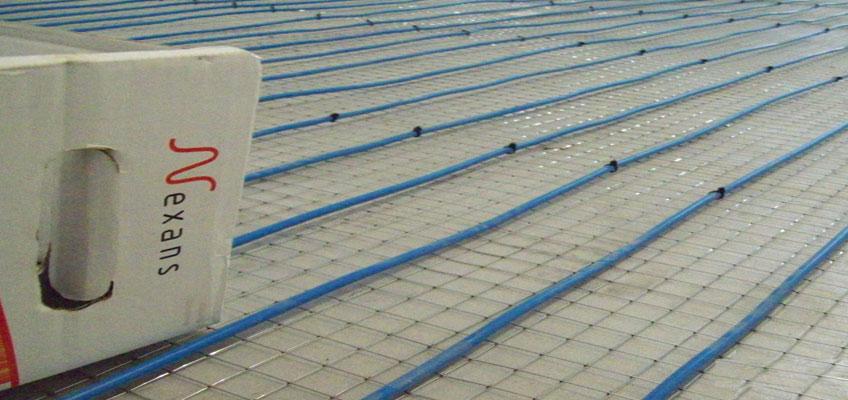 Показана укладка греющего кабеля на теплоизоляцию с сеткой.