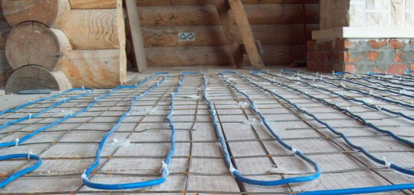 Баня, сруб, внутри помещения. На полу уложен электрический теплый пол - кабель.