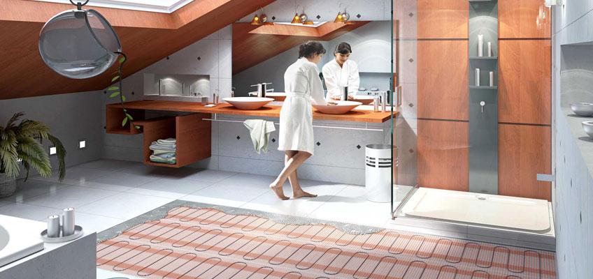 Ванная комната. Девушка стоит у зеркала босиком, на теплом полу из нагревательных матов и плитки.