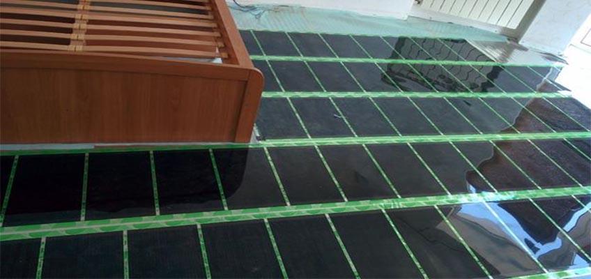 инфракрасная пленка разложена на полу в спальне
